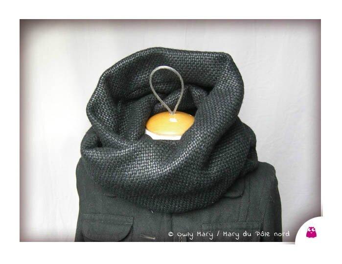 DSCN0045-tour-de-cou-snood-echarpe-foulard-ado-adulte-femme-laine-lainage-motif-losange-noir-aspect-cire-legerement-brillant-owly-mary-du-pole-nord