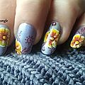 Nail art fleur jaune et arabesques sur vernis franken lilas caresse Crocongle