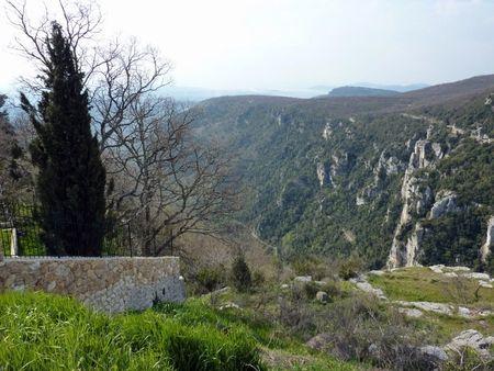 Arriv_e___Gourdon_vue_sur_la_route_accroch_e___la_paroi