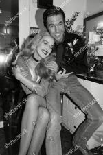 Jerry_Hall-1990-02-01-london-lyric_theatre-Bus_Stop-backstage-2-2