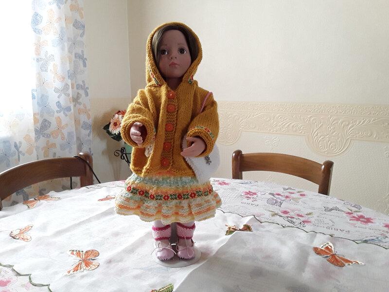 Maëlyse adore sa jolie veste avec le même galon que sa robe