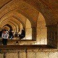 On se refugıe sous le pont pour fuır la chaleur