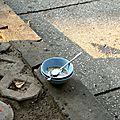 Bol de soupe Phô sur un trottoir