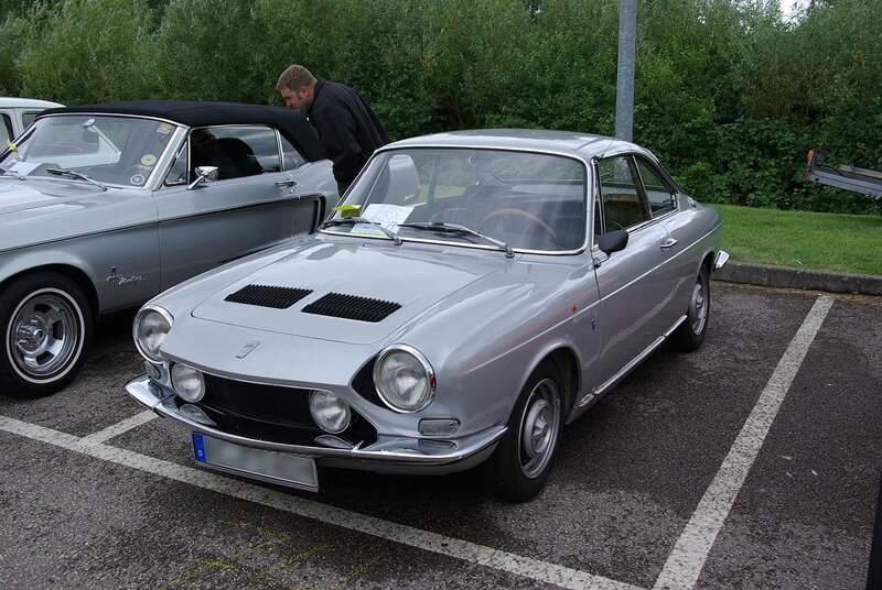 1280px-Simca_1200s_Coupe_BW_1
