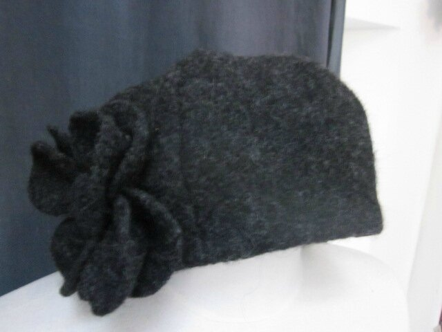Chapeau AGATHE en laine bouillie gris anthracite chiné avec fleur - doublure de lin noir (2)