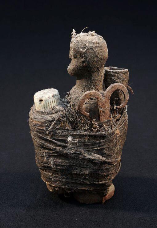 Fétiche africain vaudou Adja Fon avec bouteille
