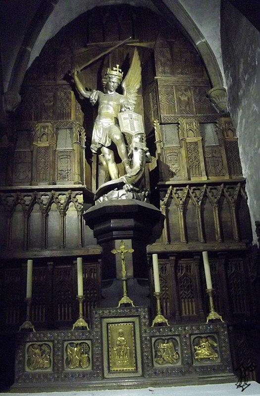 église St Pierre_statue St Michel