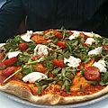 pizza a la mozzarella et tomate cerise et roquette