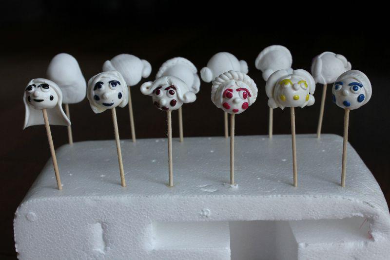 6 petits visages blancs aux joues colorées
