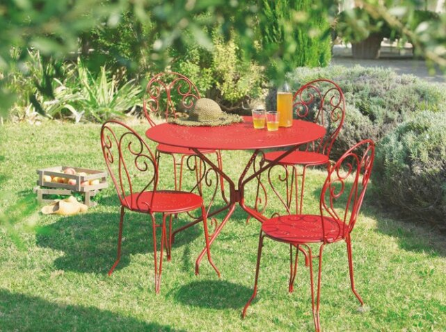 Table-chaises-fer-forge-rouge-jardiland_w641h478
