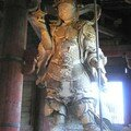 A droite du Bouddha : Bosatsu Niyorin Kannon, gardien céleste.