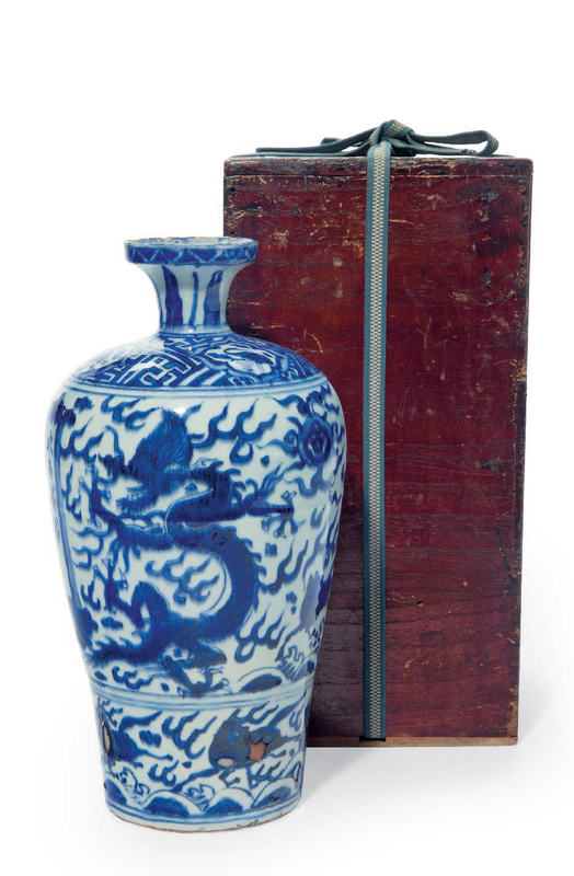 An unusual blue and white 'Dragon' vase, Wanli period (1573-1619)