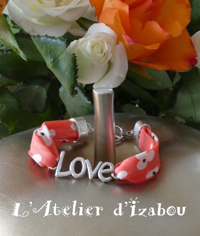 P1030137 Bracelet Love, cordon liberty à fleurs corail et fermoir toggle rond