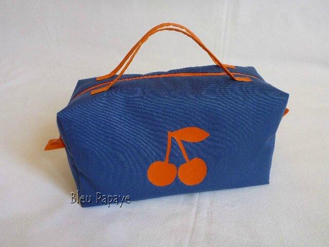 trousse bleue et cerises orange