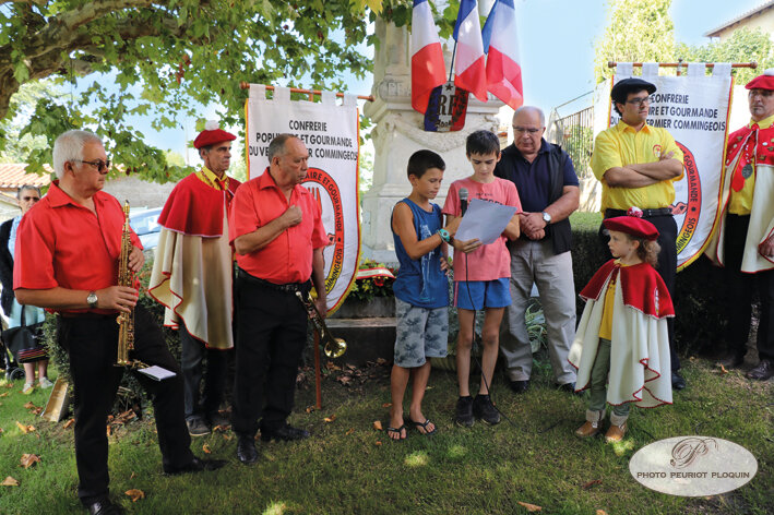 CASSAGNABERE_TOURNAS_ceremonie_devant_le_monument_aux_Morts