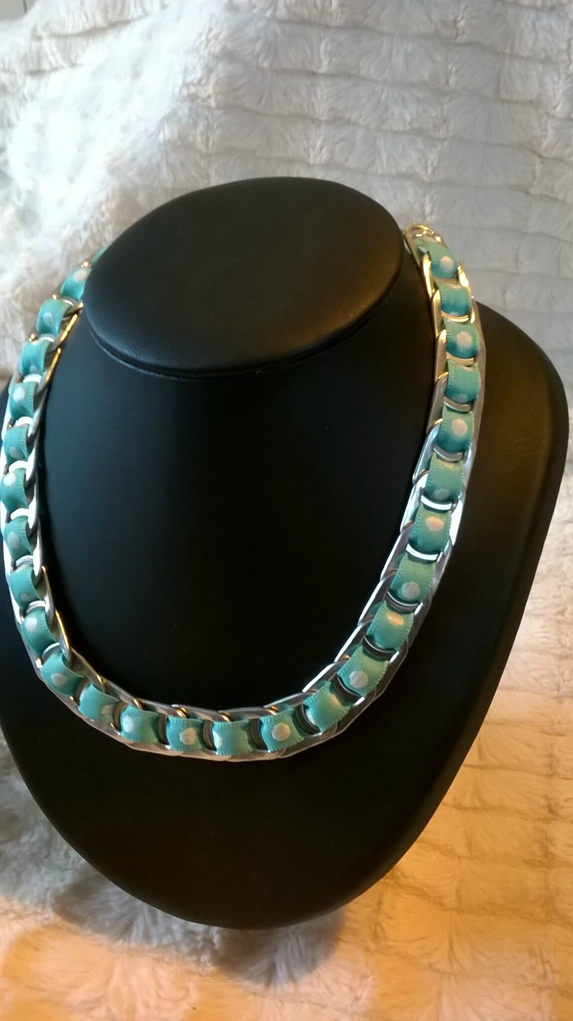 collier ruban turquoise et gros poids blancs