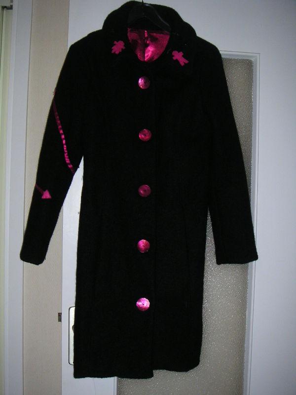 Manteau noir et fushia devant