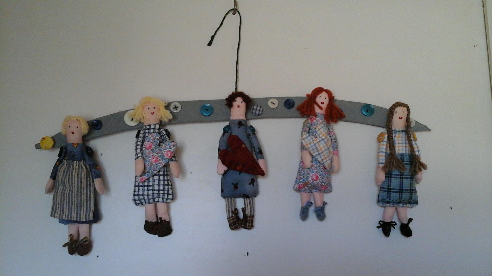 Mini poupées sur cintre