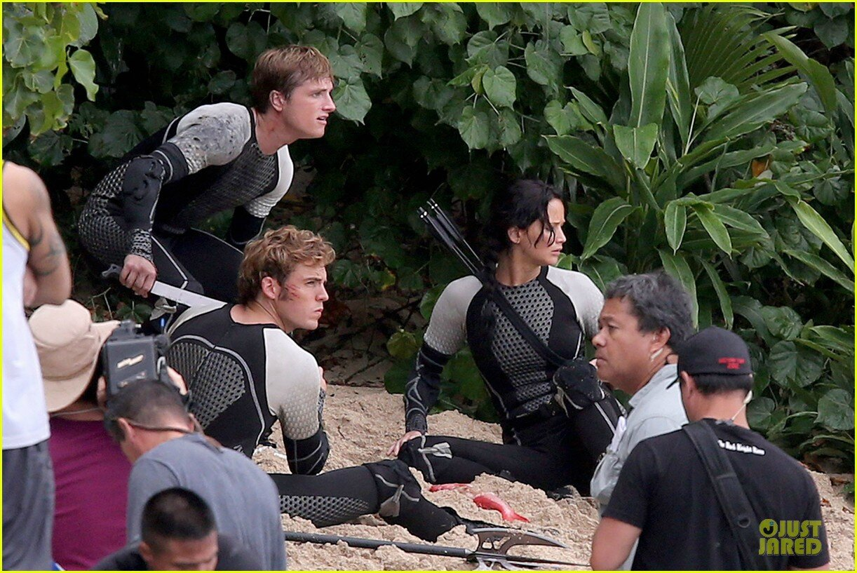 jennifer-lawrence-fish-eating-on-hunger-games-set-25
