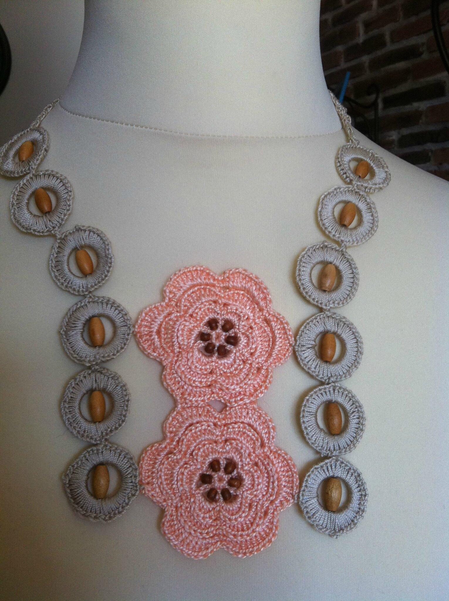 collier fleurs saumon anneaux ficelle perles en bois