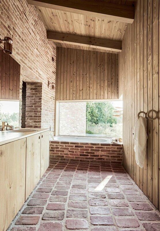 badevaerelse-badekar-vindue-mursten-qlYE-8Ru9rpNbtLffwPZKg