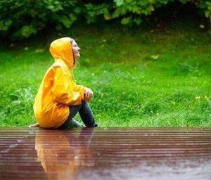 5528492_happy_jeune_femme_en_impermeable_jaune_sous_la_pluie