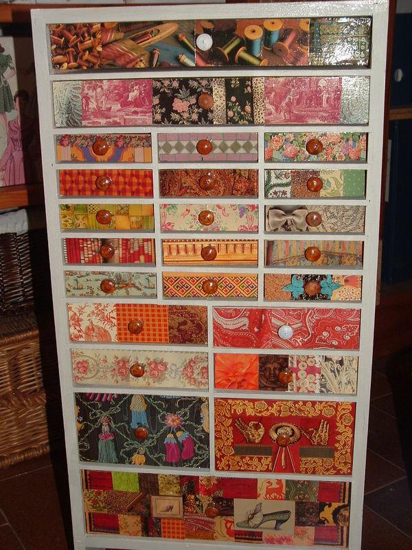 Meubles à tiroirs contenant mes boutons , collage de découpages