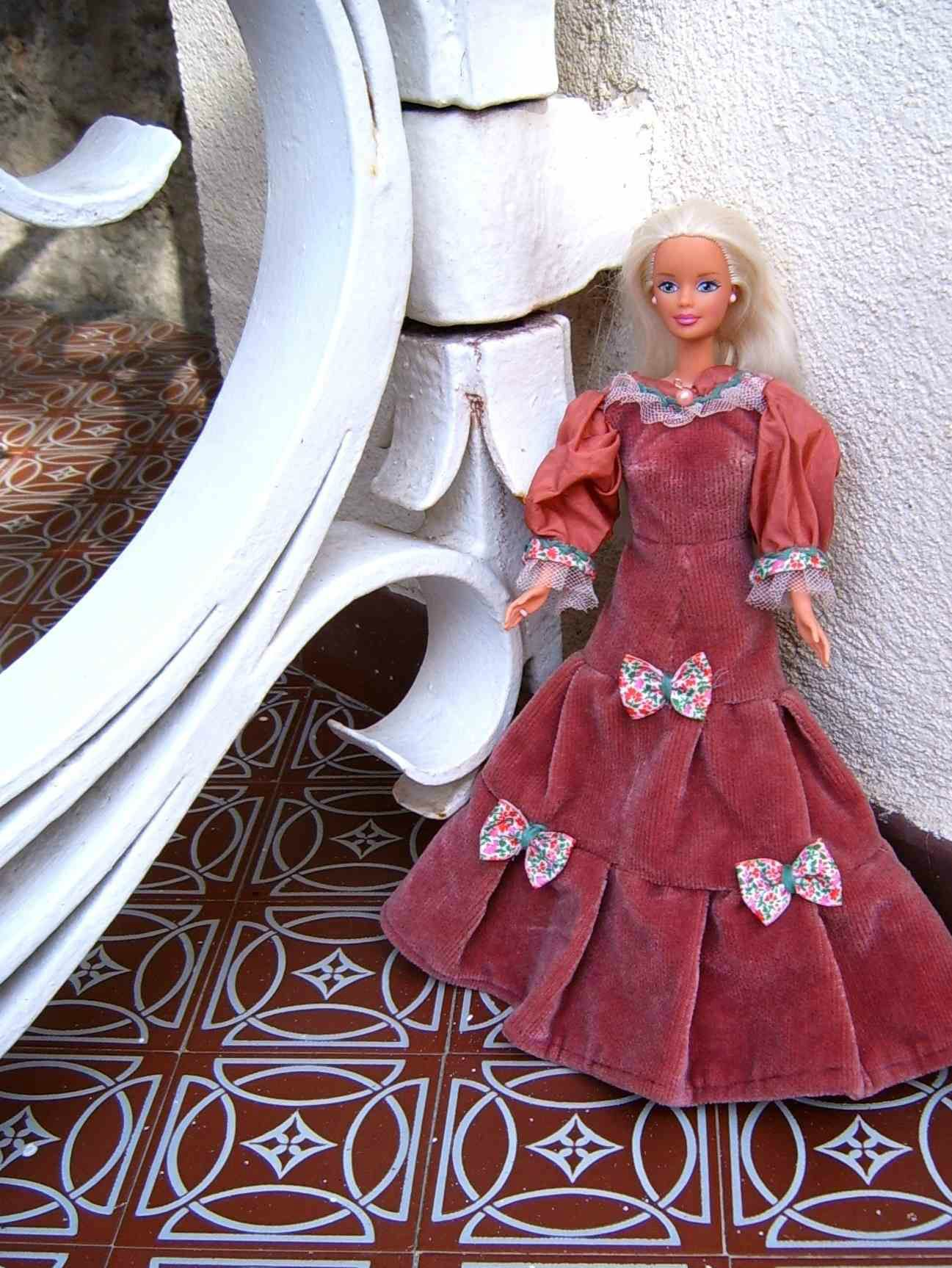 Recyclage textile Barbie Robe collection 19ème siècle chutes tissu rideau velours Art récupération
