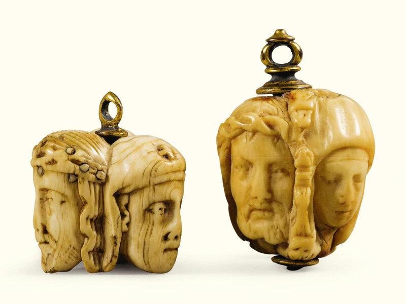 Deux grains de chapelets en ivoire d'éléphant à trois faces, France, XVIe siècle