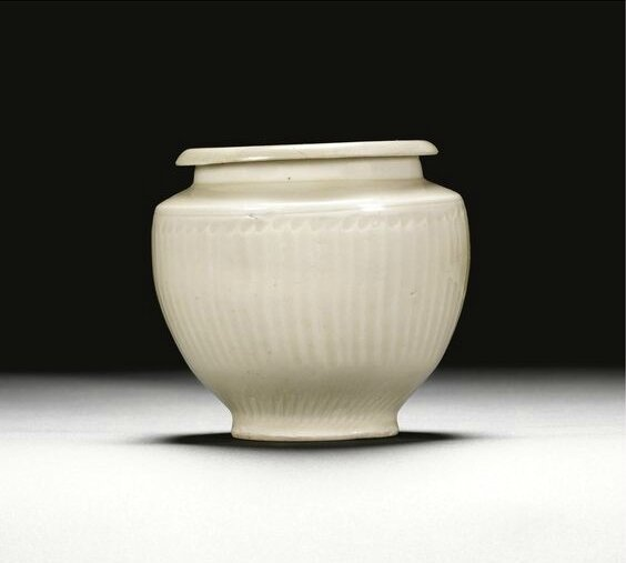 A white-glazed jar and cover, Jin dynasty (1115-1234)