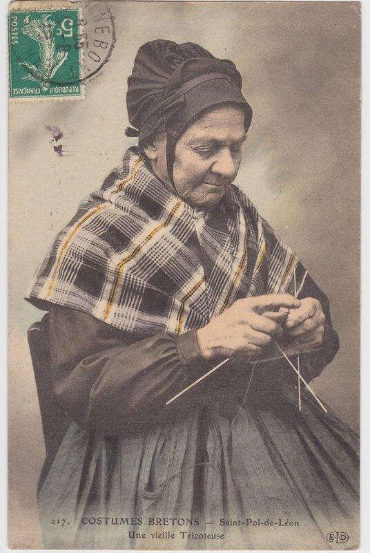 Costumes Bretons _ Saint Pol de Leon _ Une vieille tricoteuse _ 1910