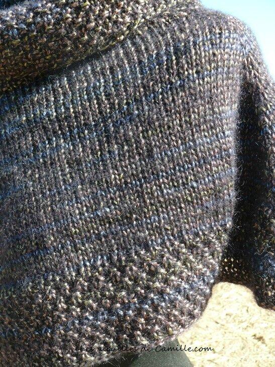 Pour la laine utilisée  3 pelotes Shadow de Schulana, à l aspect métallique  , qui donne beaucoup de lustre à cette petite cape . ae43afd93bd