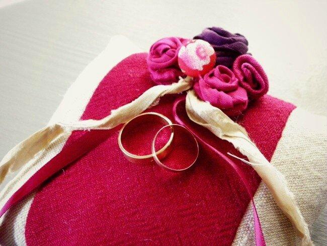 coussin-alliances-mariage-rouge-original