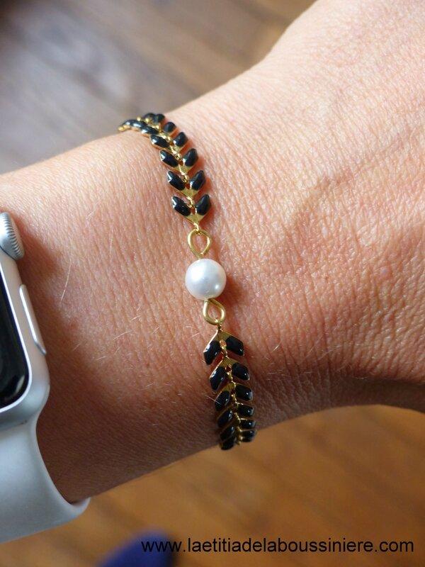Bracelet Ludivine (noir et doré) porté - 17 €