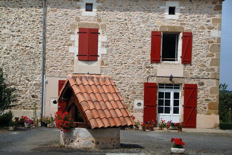 Rouzede maison puits bourg rouge