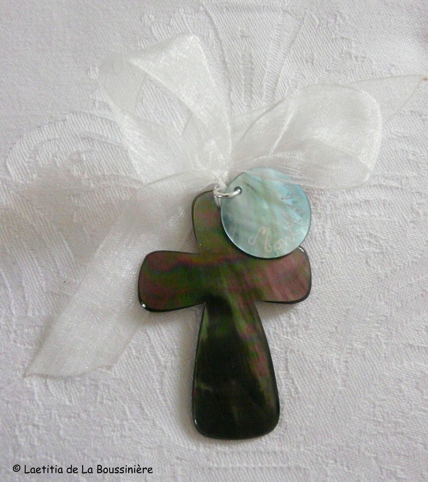 Croix en nacre sur ruban organza blanc