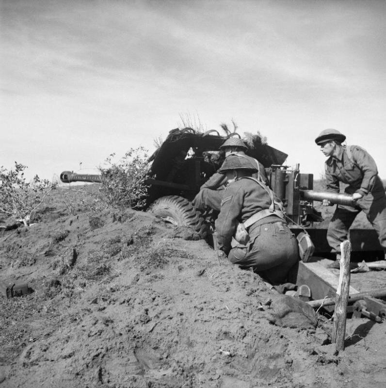 A_17-pdr_anti-tank_gun_in_action_in_the_Anzio_bridgehead,_Italy,_13_March_1944__NA12888