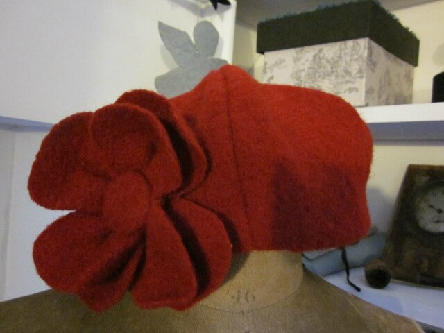 Chapeau AGATHE en laine bouillie rouge avec fleur - doublure de coton rouge à pois blancs (1)