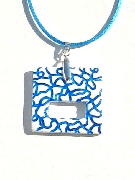 Pendentif porte lunettes fimo carré blanc lignes bleues GP bis