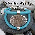 Chic, gai, clair ce bracelet en cuir bleu turquoise et son connecteur martelé... de quoi être de bonne humeur dès le matin !