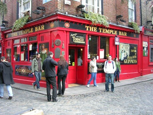 Wiwi devant le Temple Bar