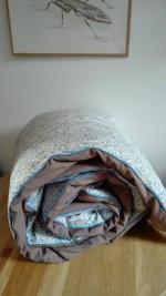 Plaid-Edredon en Liberty d'Anjo bleu et beige, dos de coton taupe, passepoil bleu 150x100 cm (3)