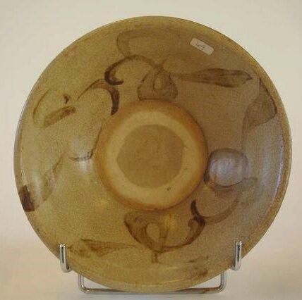 VIETNAM. Coupe circulaire en grès émaillé beige sur piedouche, XVe-XVIe Siècle.