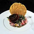 Tartare de veau aux câpres, tomates anciennes et basilic, tuile parmesan