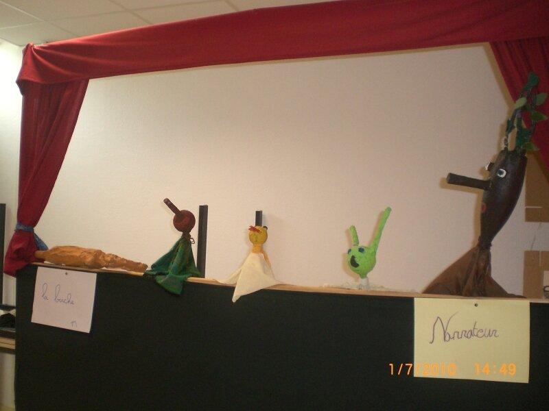 De gauche à droite: Pinocchio, un oiseau, le grillon, le narrate