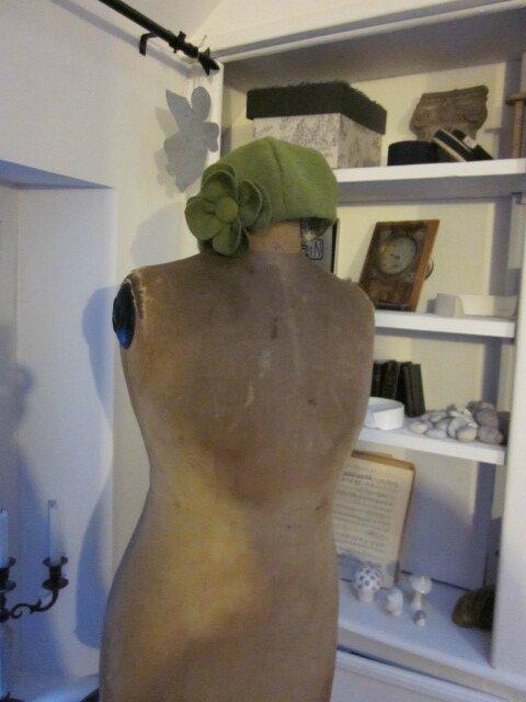 Chapeau AGATHE en laine bouillie vert anis avec fleur - doublure de coton imprimé plumettes turquoise et vert (2)