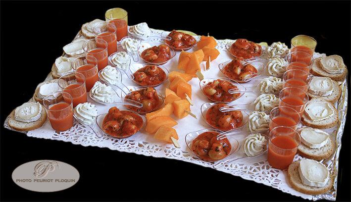 CASSAGNABERE_TOURNAS_les_amuse_bouches_gaspacho_champignons_a_la_Grecque_cuilleres_de_brandade_brochettes_de_melon_toasts_chevre_miel_