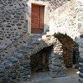 Escalier et maison de pierres