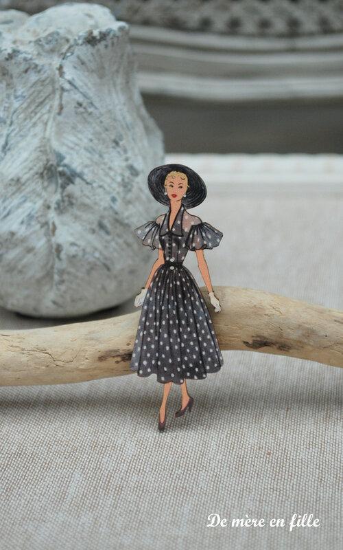 dame au chapeau robe noire à pois