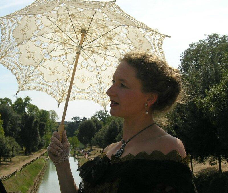 detail personnage second empire à l'ombrelle